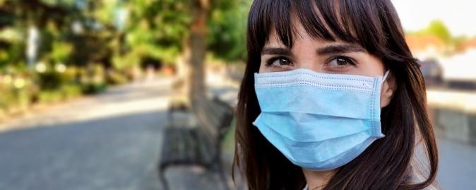 Photo d'une femme avec un masque